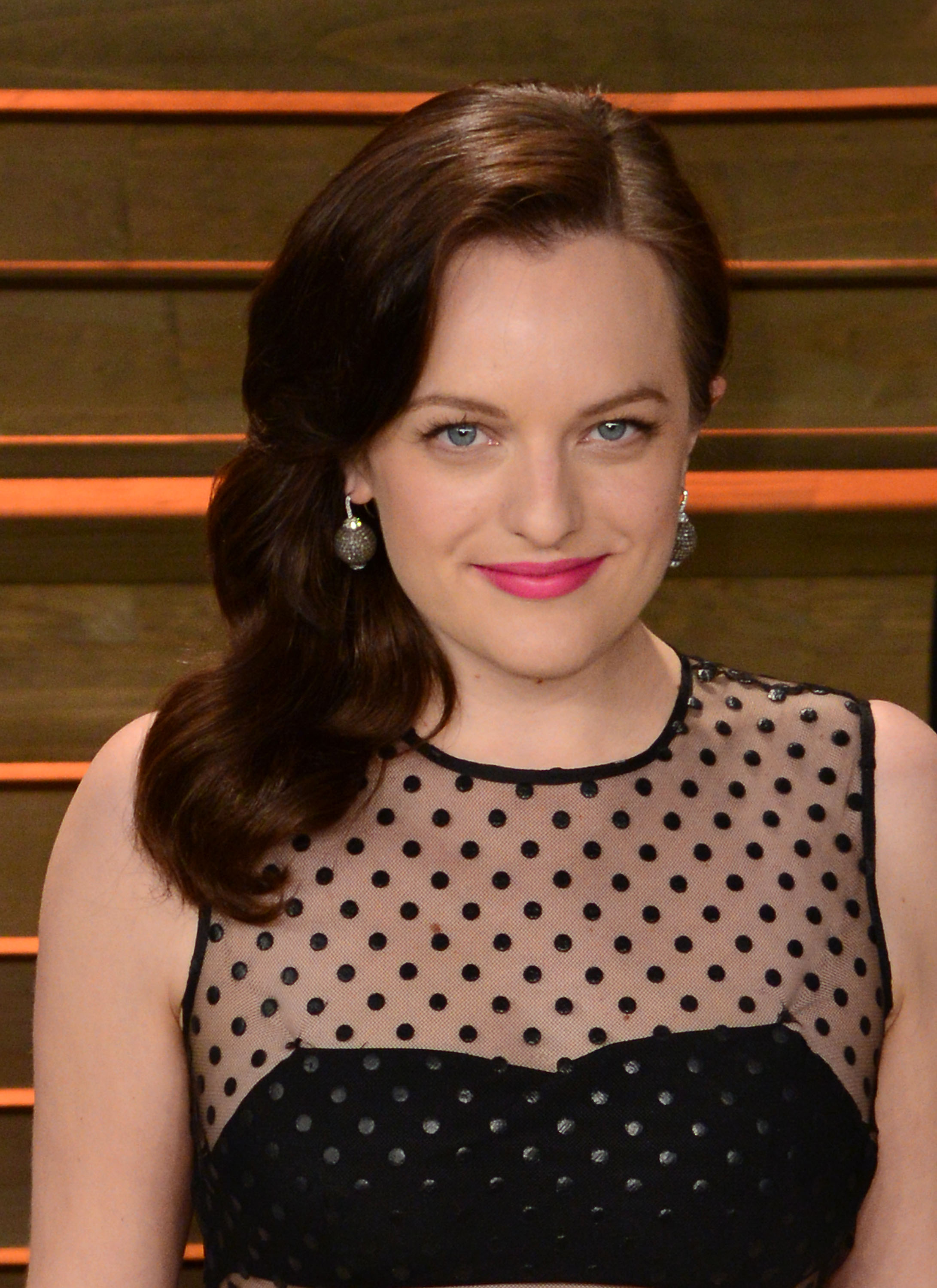 HOW TO:  Elisabeth Moss and Her Elegant Oscar Waves