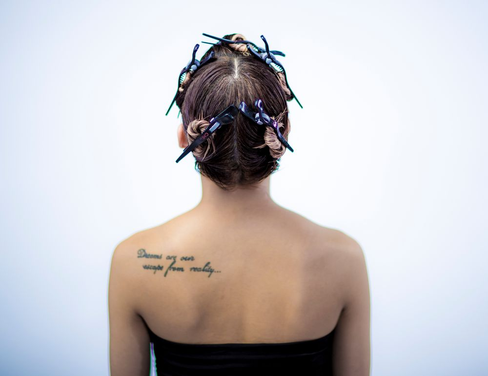 <p>STEP 3 - Section the back of the head in two sections from the highest point of the head to the nape area.</p>