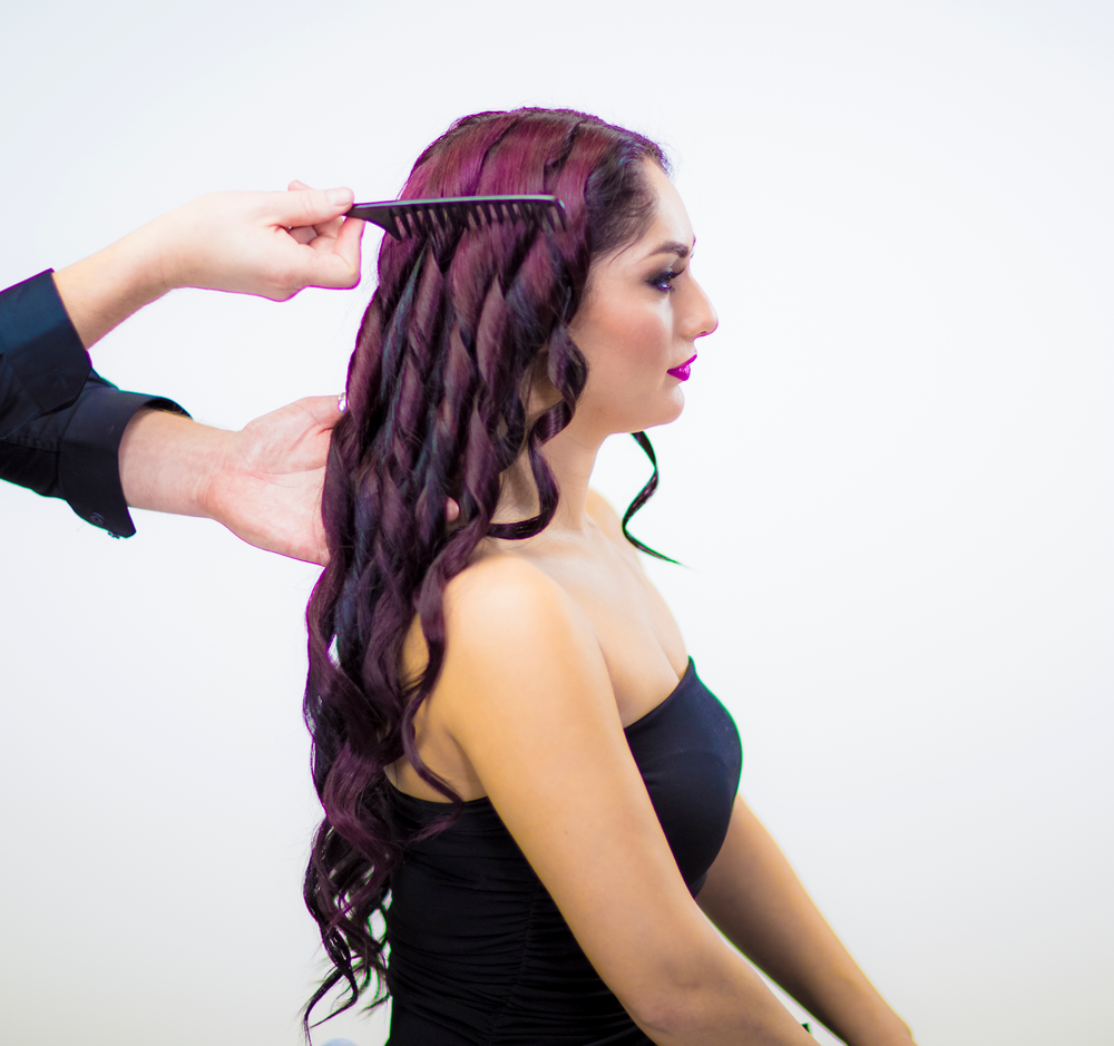 STYLING:<strong>STEP 6</strong> - Comb the hair with a large toothcomb for a smooth and wavy end result.