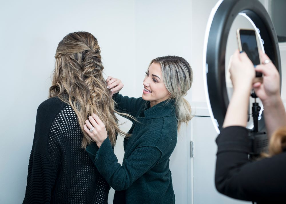 Amanda Diedrich, founder of Blohaute,<br />widens a braid for a MODERN SALON<br /> Facebook Live at the event. <em>Marcin Cymmer</em>