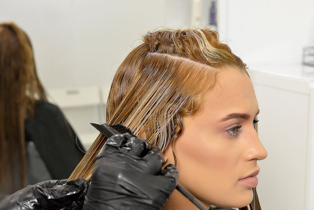 Apply the Miami Bombshell treatment from the roots to the ends. Remove the excess of product with a Fine Tooth Comb.