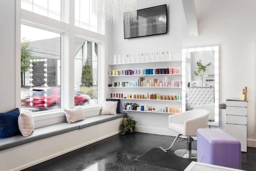Migirova cleverly encased those concrete reinforcements with bench seating, adding custom cushions that matched the salon.