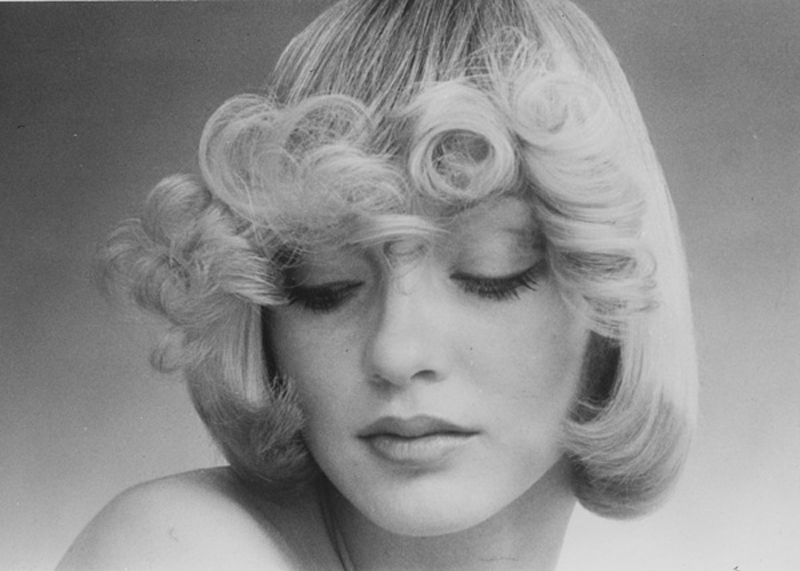 <p></p> <p> The Femme Fatale flicks by Raphael are softly and romantically curled. Hair: Raphael Santarossa … Makeup: Jacques LaFleur … Model: Donna Clarke …Photo: Klaus Lucka</p>