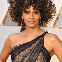 Halle Berry's Asymmetrical Curly Afro at the Oscars