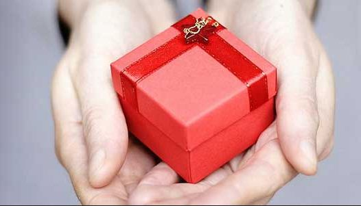 Drive holiday retail sales by making skincare products gift-worthy.