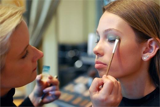 Skubis applies makeup on model Gracie.
