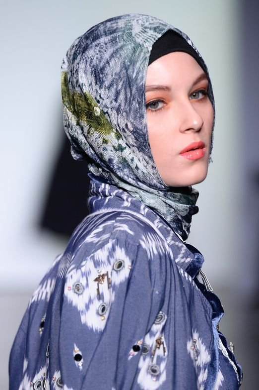 "<p><em>Vivi Zubedi. </em><strong>Makeup:</strong> <a href=""http://www.wardahbeauty.com/"" target=""_blank"" rel=""noopener"">WARDAH BEAUTY</a>. <strong>About The Look:</strong> The halal make-up brand brought soft beauty to the runway with a peach smokey eye and a elevated pink lip.</p>"