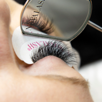 The Reflector's large design allows you to see a full set of lashes.