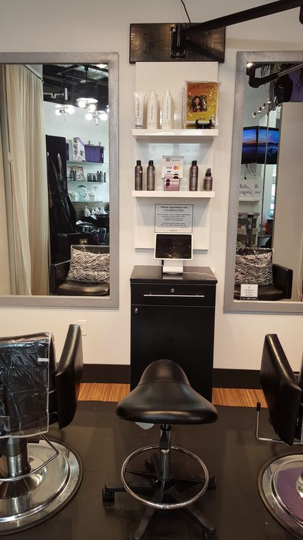 Sabrina Davis loves her Queen of Roots iStudio Salons suite for its cleanliness, 24/7 accessibility and superb location. She gets extra notice with her ad on the marquee board in the building's lobby and window decals.