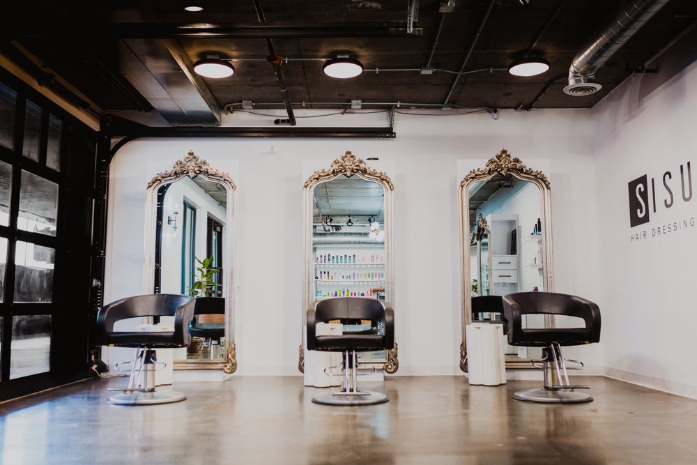 Combined with the grand mirrors, the ceiling at Sisu Hairdressing in Lincoln, Nebraska, gives off a more glamourous vibe.