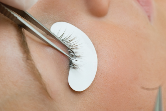 STEP 5: Isolate a natural lash in the appropriate growth phase for the extension.