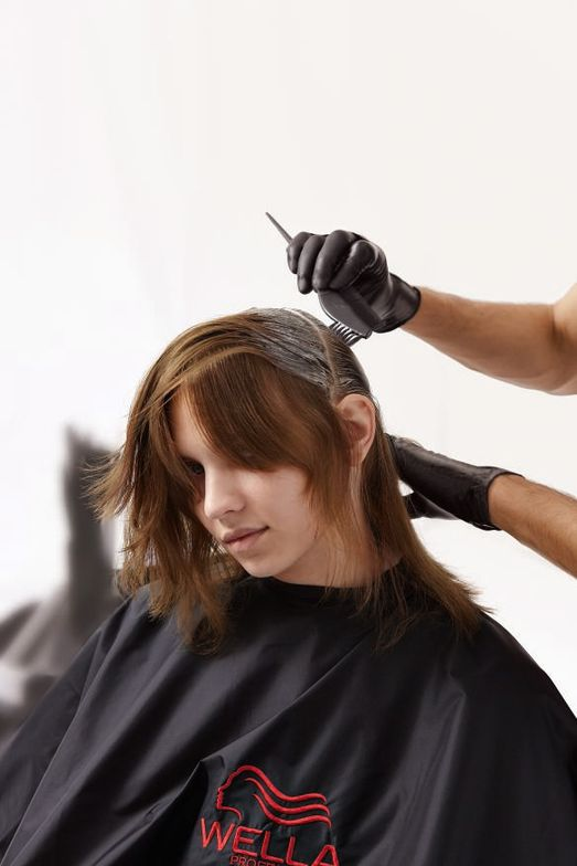 STEP 1 - Color: To create a shadowy deep root, apply formula  D to the root area and blend 1 cm down the hair.