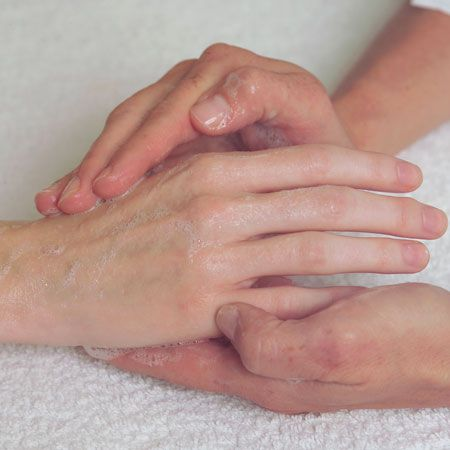 4. Foam a small quantity of Phyto-Gel Cleanser between wet palms. Apply on hands and/or feet. Work it gently.