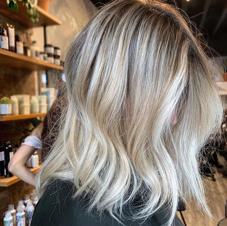This blonde balayage by @chitang_hair has it all: shine, dimension and a perfect shot.