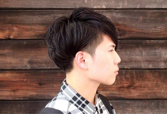 This natural perm by @japanesebarber.aki adds texture to the hair and plays well with the hidden undercut.