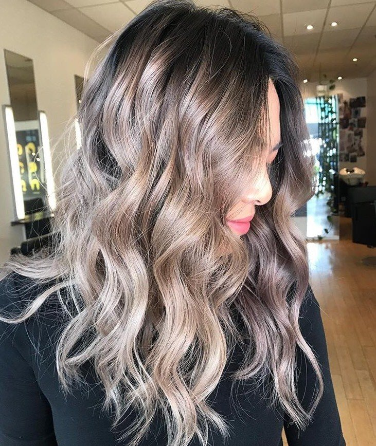 This lived-in bronde look was made by @hairbyjessganley by using Shades EQ 01B, Shades EQ 07NB + 08V and EQ 09T + 09V + Clear.