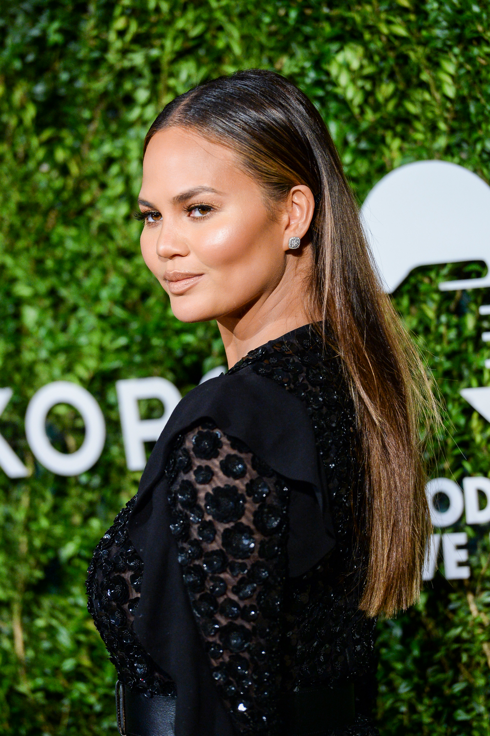 Best friends with celebrity hairstylist Jen Atkin, Chrissy Teigen changes her hair all the time, from enviable sombre lobs, to long, dark and sleek.