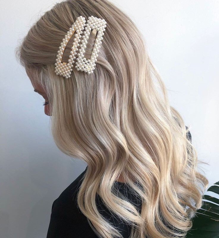 We're obsessed with these simple yet elegant buttery waves clipped back by @oliviadaniellehair!