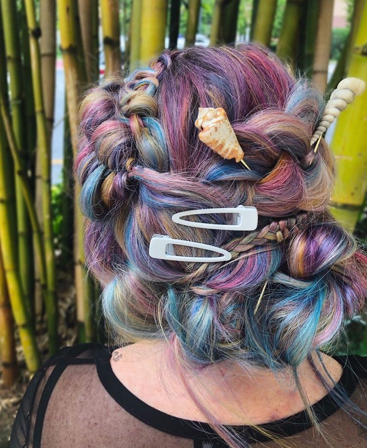 We love how @liz.colors contrasted this multi-colored look with simple, white clips.