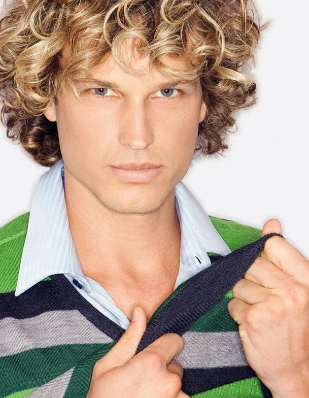 A smooth, yet curled, texture creates a versatile style with interest from all angles.