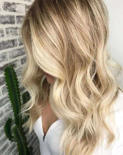 The romantic curls in this style from @hair_by_lofrost really brought out with those highlights.