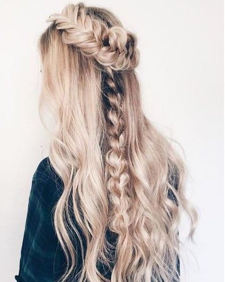 @hairbykatelynd's use of a braids upgrades the hairstyle from a casual curl to a look fit for a queen.