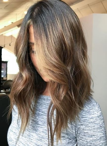 This natural-looking color and cut combination give the hair life and vibrancy.