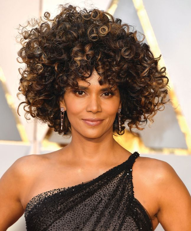 Strategically-placed highlights made Halle Berry's curls pop at the 2017 Annual Academy Awards.
