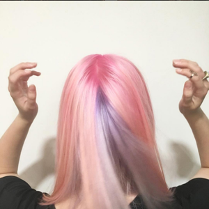 Someone had to be an overachiever and pull off both hues on one head, right? @jessbcruz snuck a...