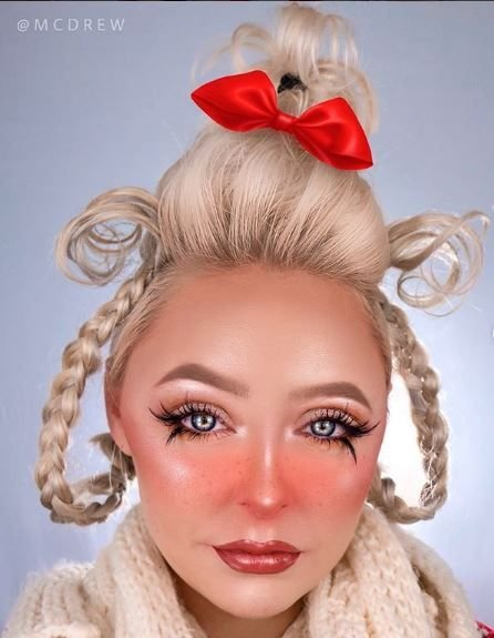 This is one glam Cindy Lou Who.