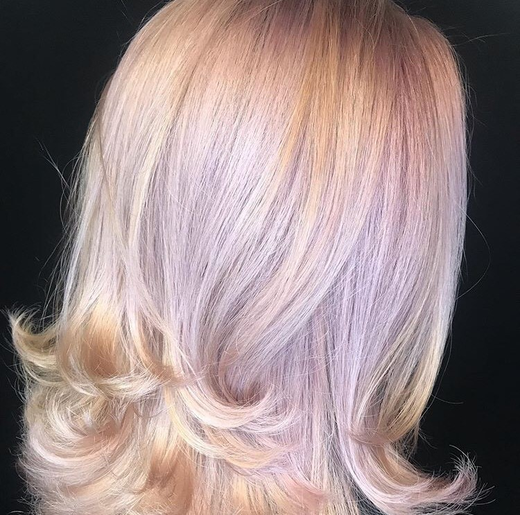 When using Muted Metallics, @reececorbinhair applied the base first, allowed it to process for 20 minutes and then pulled through the ends for light flavor.