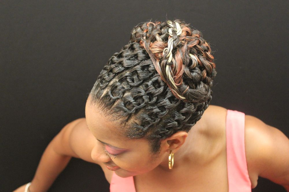 Links or chain links design are inspired by braids. The links are vertical sections with horizontal sub-sections that are tied together to form a chain link, proceed in the same way in the back of the head, secured with hair pins