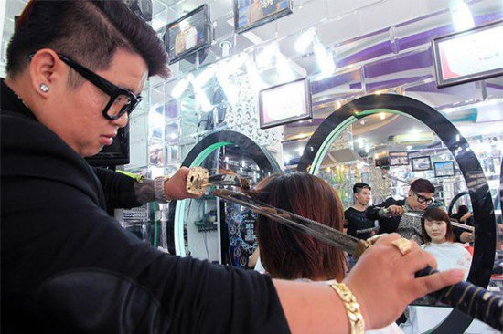 Hairdresser Cuts Hair Using Samurai Swords – Nothing to Worry About, Right?