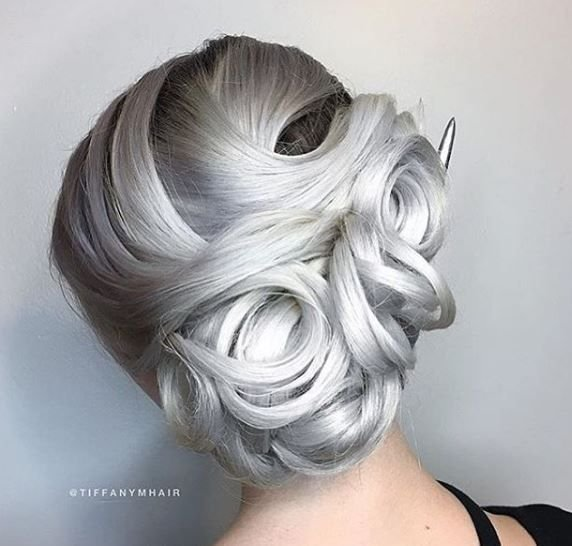 A gray updo? Yes please! We love the magic in this style by @tiffanymhair.