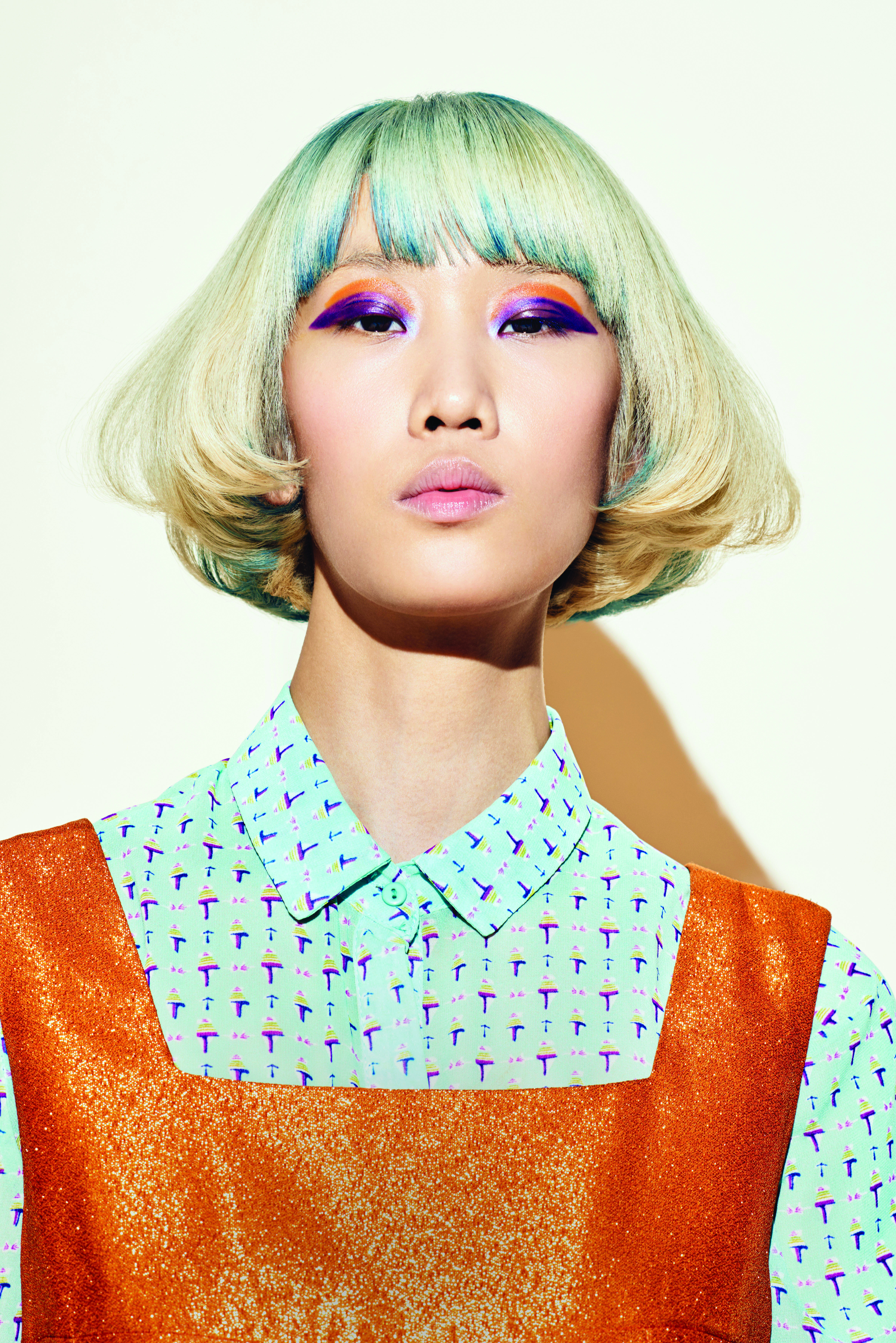 This sophisticated and rebellious look plays with a disconnection of solids and brights.