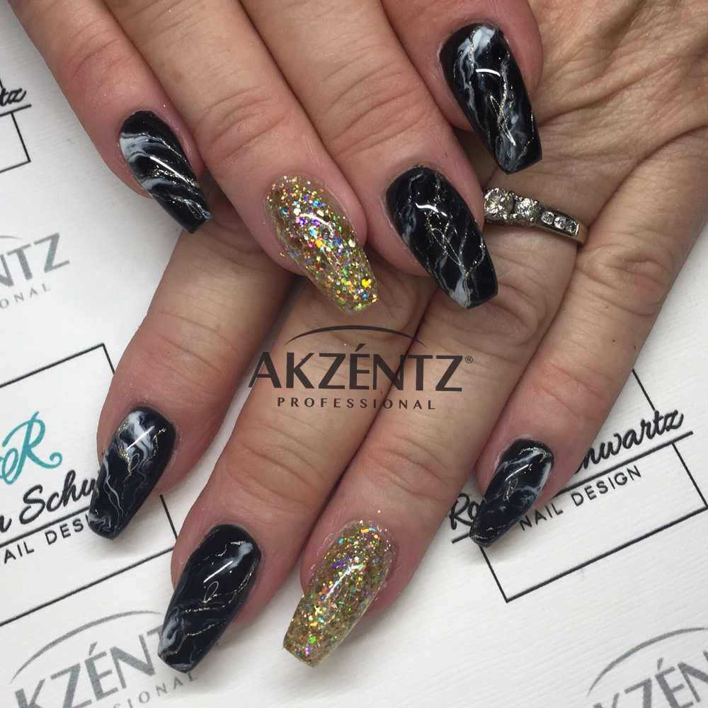 <p>Akzéntz ACE certified educatorRobyn Schwartz created these marbled nails.</p>