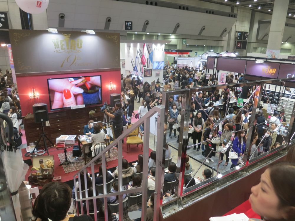 <p>Vetro&rsquo;s education stage showcased product demos. Also note the crowds at one of three retail aisles. Photo courtesy @HiJeanJean</p>