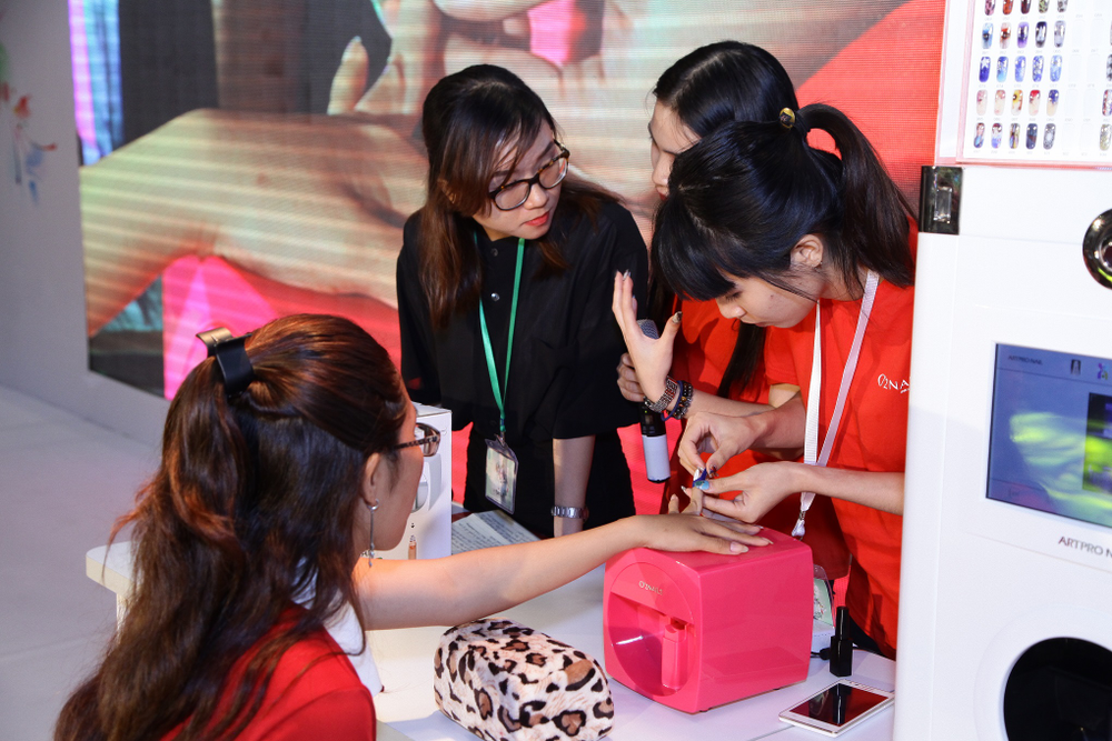 <p>Similar to U.S. tradeshows, at Vietbeauty 2016 attendees could demo many of the nail products on display.</p>