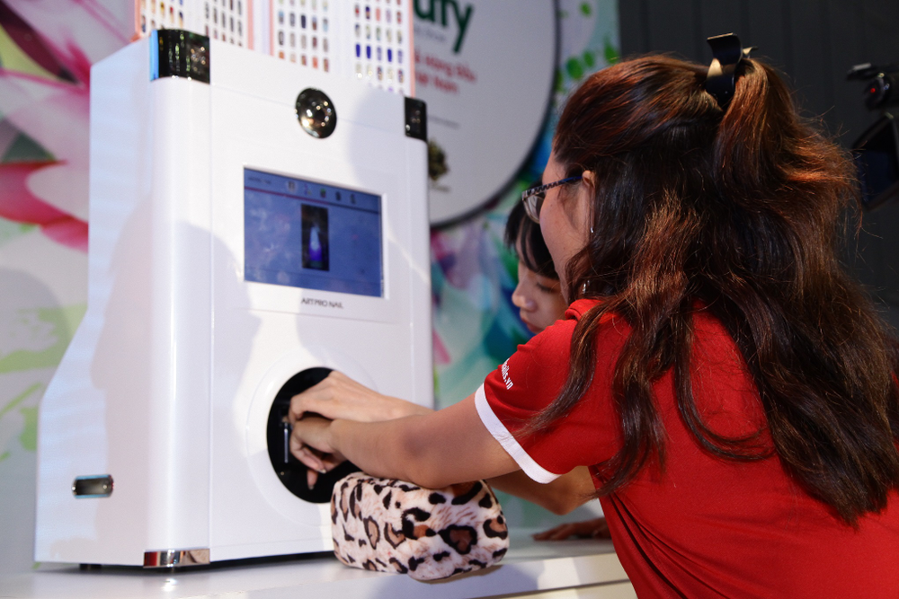 <p>A Vietbeauty 2016 project manager says that a mobile nail printer was the biggest attraction for nail professionals who attended the inaguaral show.</p>