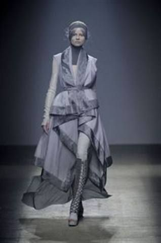 <p>At Paris Fashion Week, Gareth Pugh models were androgynously styled in various hues of gray with ManGlaze Haute Mess polish to match.</p>