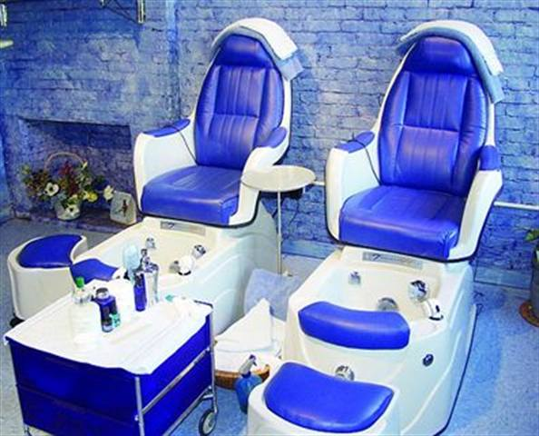 <p>Brooks &amp; Butterfield Ltd. Day Spa owners Lenore and Patricia wanted blue throughout the spa to create a tranquil mood.They even had their pedicure chairs done in the soothing color.</p>