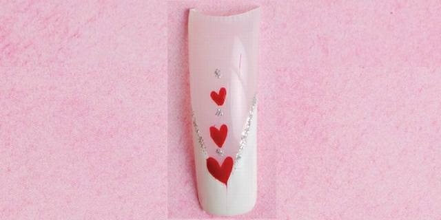 <p><strong>Sweet Hearts </strong></p> <p>Jazzing it up with some glitter polish, Muñoz hand-painted this Valentine's Day tip. </p>