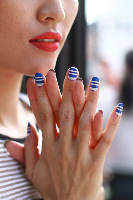 <p>Models showcased crisp cobalt and white striped Inni nail wraps to complement their two-toned lips.Photo courtesy of Inni.&nbsp;</p>