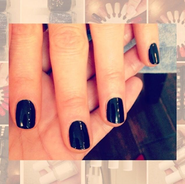 <p>Celebrity manicurist Michelle Saunders shared this up-close pic of Kate Beckinsale's Licorice nails by Essie. Image via @michellesaunders.</p>