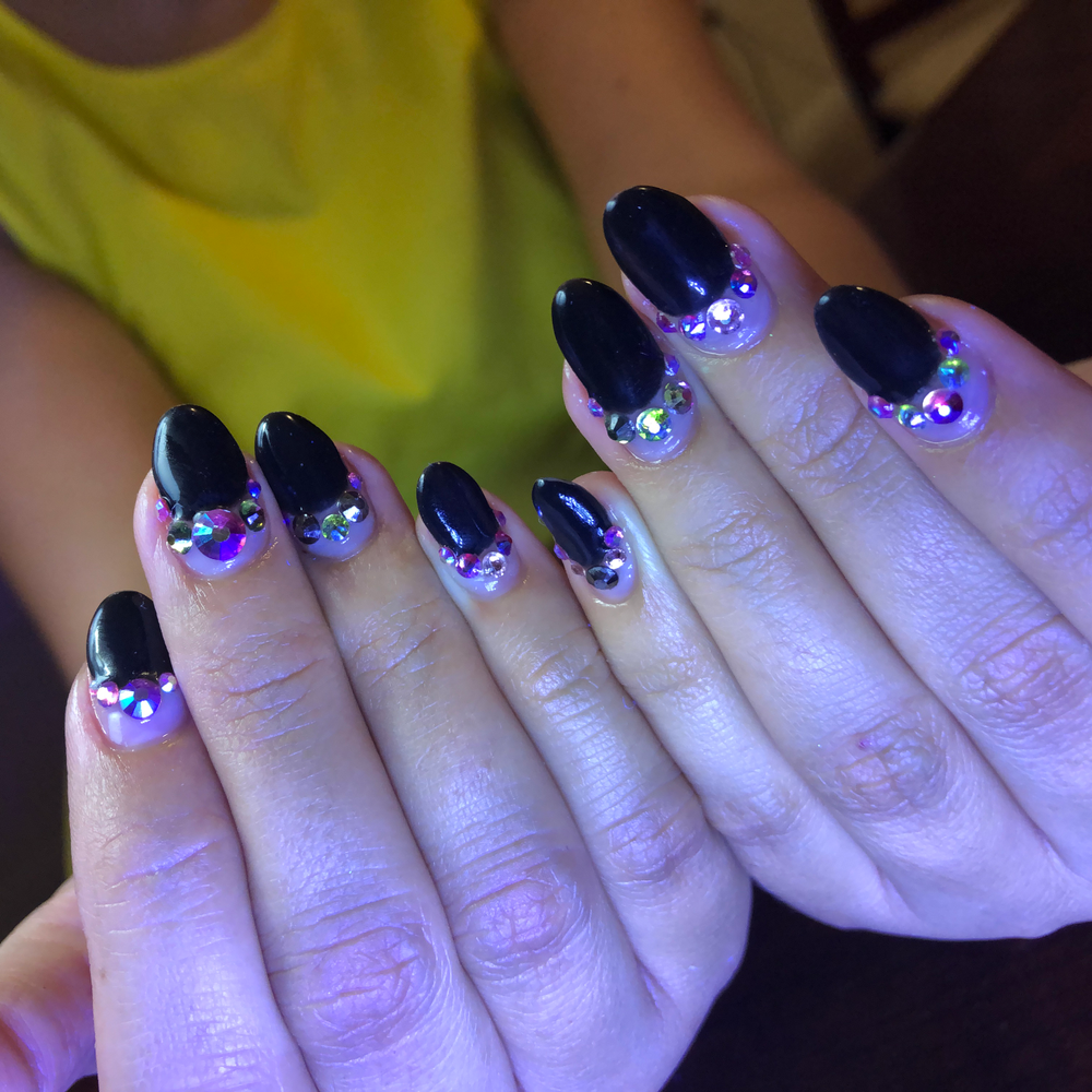 <p>Editor Beth Livesay's nails by Vicki Ornellas</p>