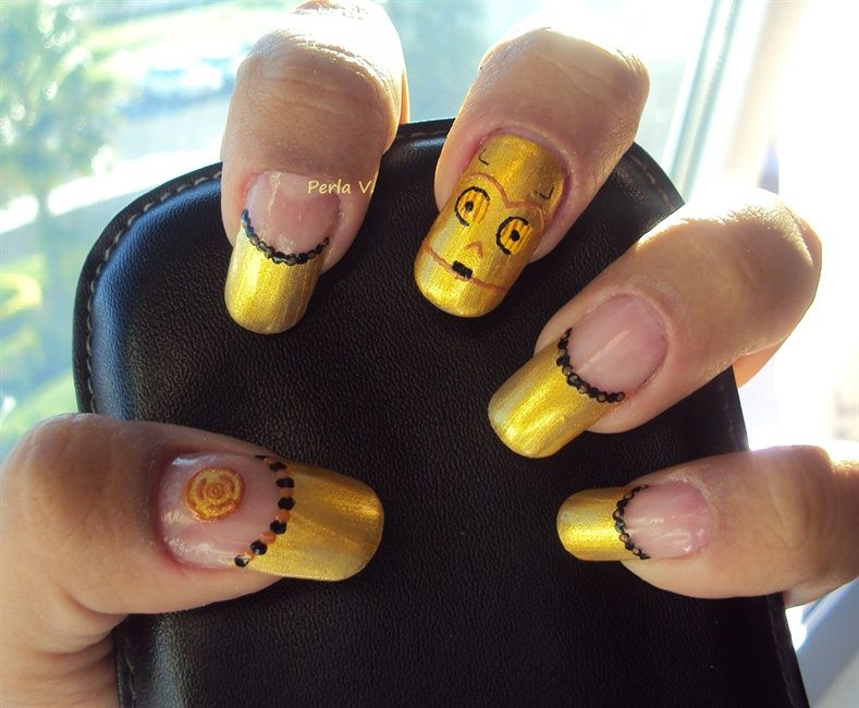 "<p>C3PO nails by <a href=""http://nailartgallery.nailsmag.com/lagranbarracuda"">Perla V.</a>, Mexico</p>"