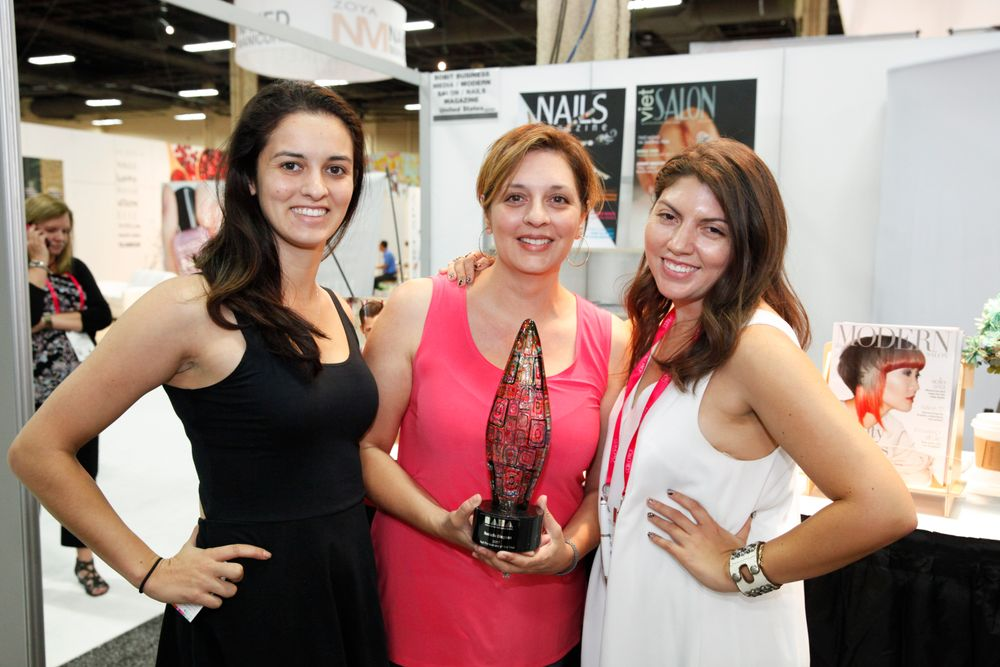 <p>NAHA nail category winner Rochelle Dingman (center) with daughter Phoebe (left) and NAILS' Beth Livesay</p>