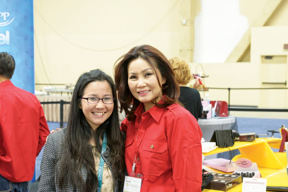 <p>VietSALON managing editor Anh Tran and Odyssey Nail Systems' Vannie Luu</p>