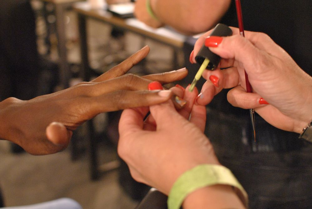 <p>Mismatched neon manis by OPI at Jeremy Scott.</p>