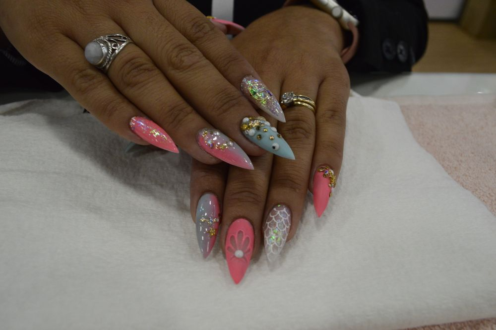 <p>Guadalupe Ocaranza of Bio Seaweed Gel created this bright mermaid set of nails. </p>